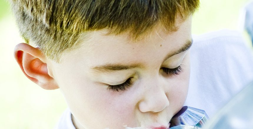 ילדים שותים מים מטוהרים
