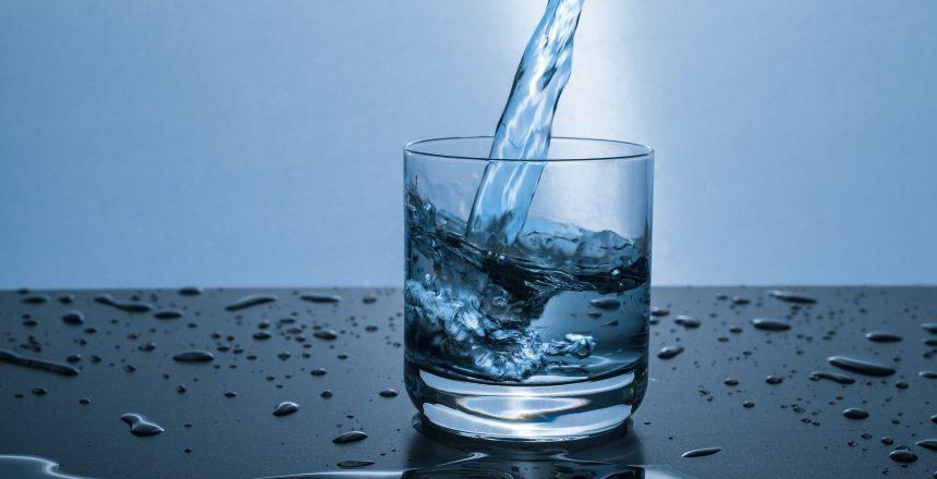 כוס מים מטוהרים